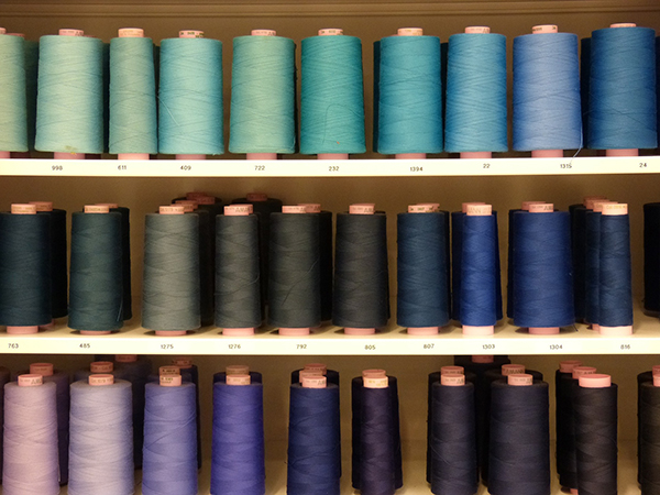 Filo per cucire in diverse tonalità