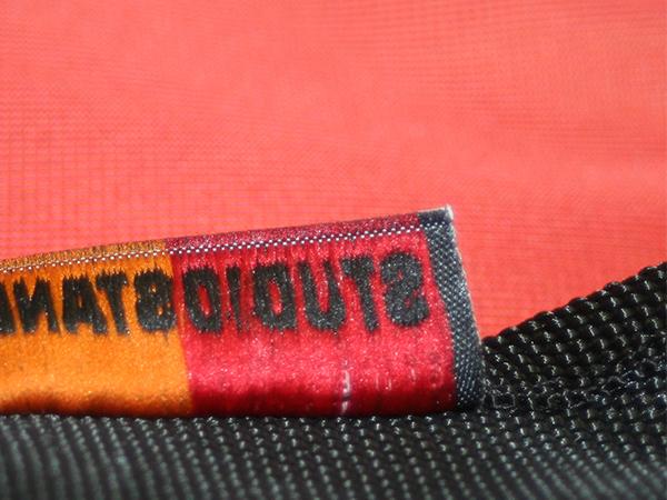 dettaglio retro etichetta tessuta